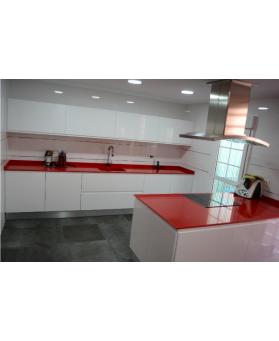 Cocina OB con encimera Silestone Modelo Rosso Monza